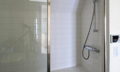Y邸 (ガラス扉で開放的なバスルーム)