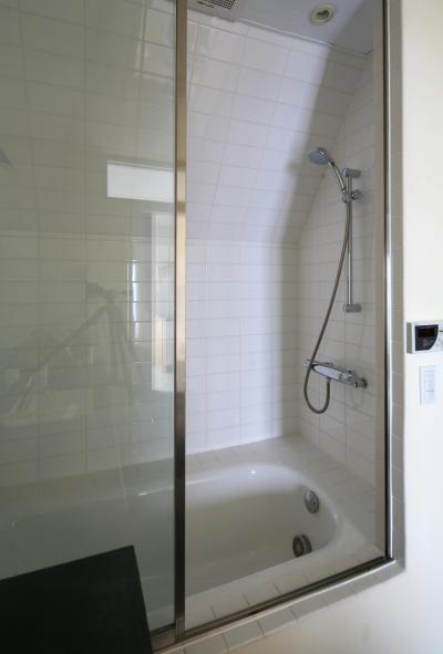 ガラス扉で開放的なバスルーム (Y邸)