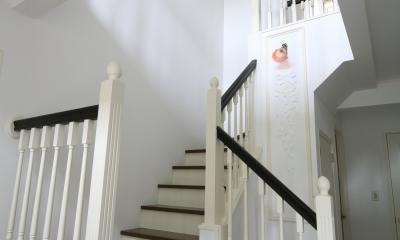 H邸 (白と木目が美しい手摺り階段)