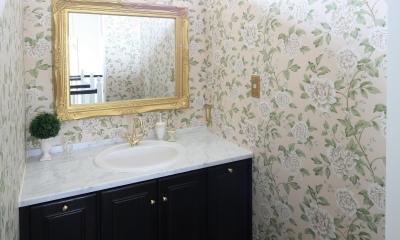 H邸 (華やかな壁紙で明るい印象の洗面台)