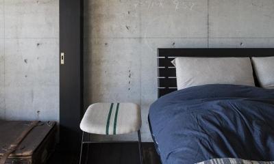 着替える家 (可動間仕切りで緩やかに仕切られた寝室)