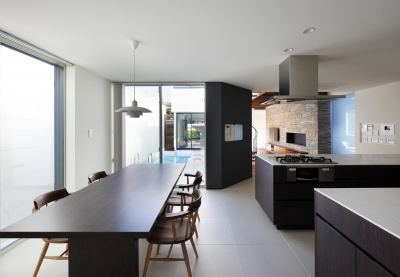 白いタイル貼りのダイニングキッチン (木漏れ日のプールサイドハウス)