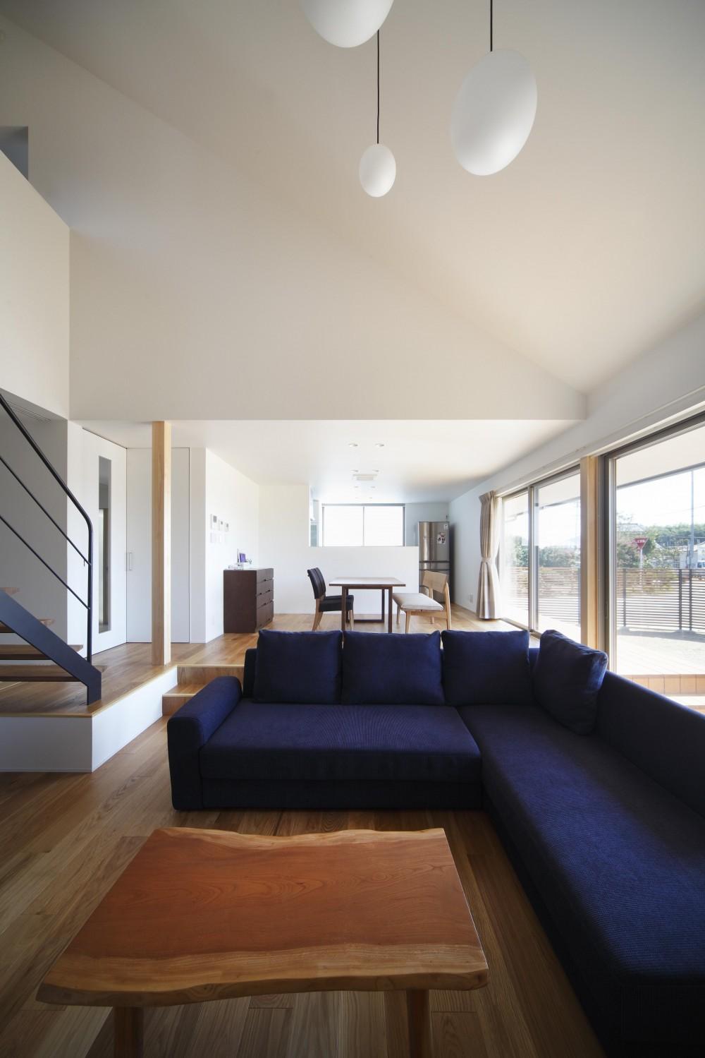 勾配天井のリビングダイニングキッチン (おおきな屋根を楽しむ家)