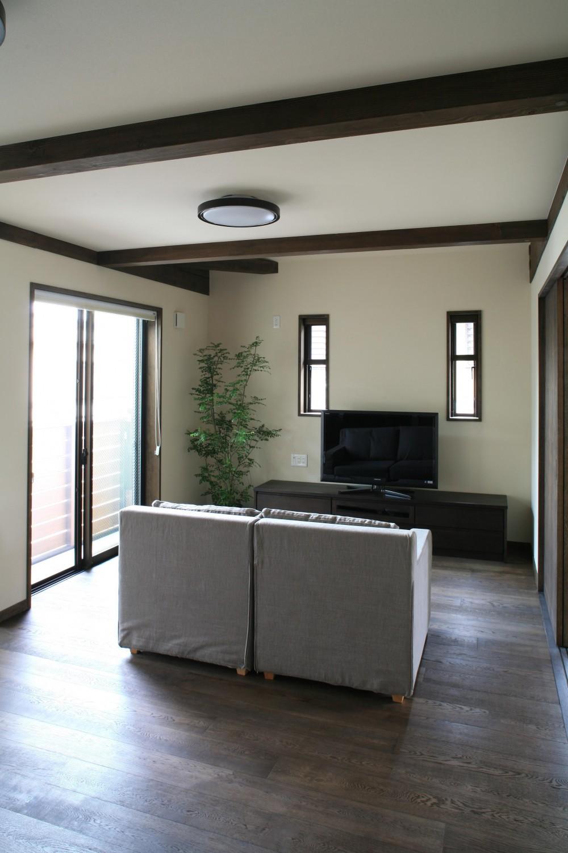 F邸 (キッチンからリビングの眺め)