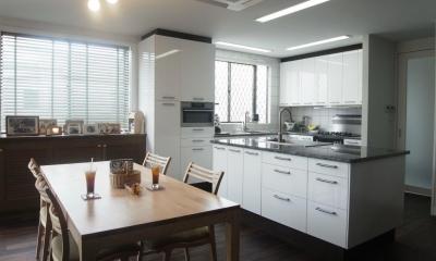 天然素材を使用したアイランドキッチンの家