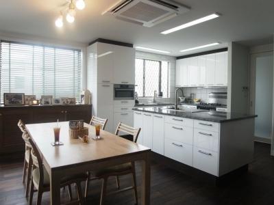 天然素材を使用したアイランドキッチンの家 (キッチン)