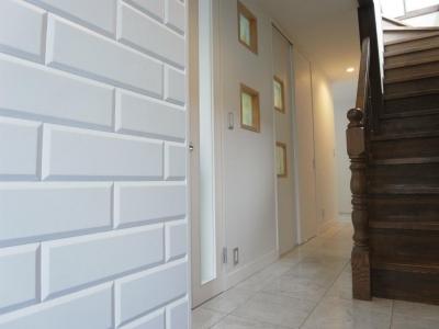 廊下 (天然素材を使用したアイランドキッチンの家)