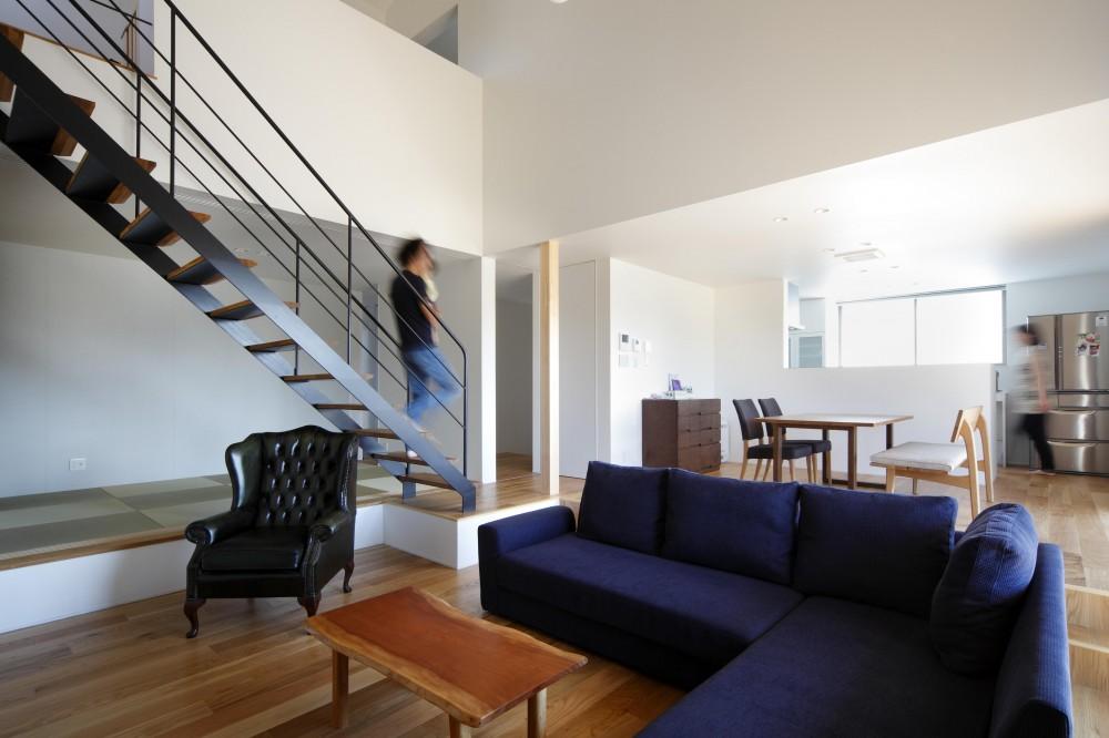おおきな屋根を楽しむ住まい (スケルトン階段が美しいシンプルモダンなリビング)