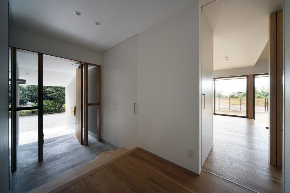 おおきな屋根を楽しむ住まい (木製建具の玄関がナチュラルな印象の玄関)
