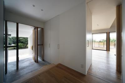 木製建具の玄関がナチュラルな印象の玄関 (おおきな屋根を楽しむ家)