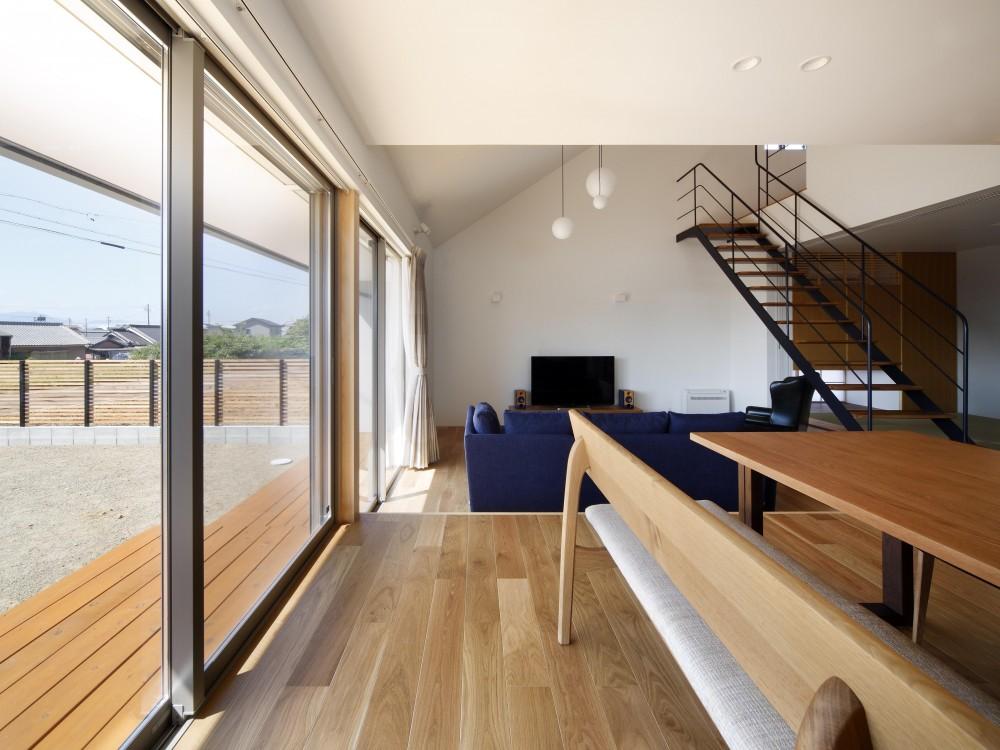 おおきな屋根を楽しむ住まい (テラスと連続したリビング・ダイニング・キッチン)