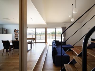 おおきな屋根を楽しむ家 (和室とリビングの繋がりをスケルトン階段で緩やかに分ける)