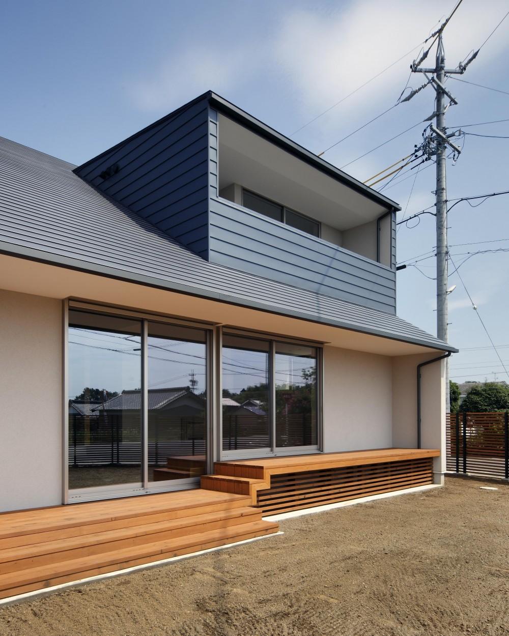 おおきな屋根を楽しむ住まい (勾配屋根がカッコいい、ガルバリウム鋼板横葺きの外観)