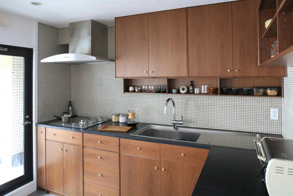 Y邸 (ウォルナットと黒大理石がシックなキッチン)
