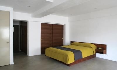 Y邸 (開放感のある落ち着いた寝室)
