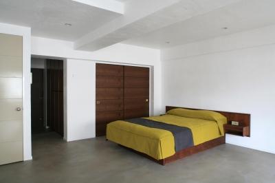 開放感のある落ち着いた寝室 (Y邸)