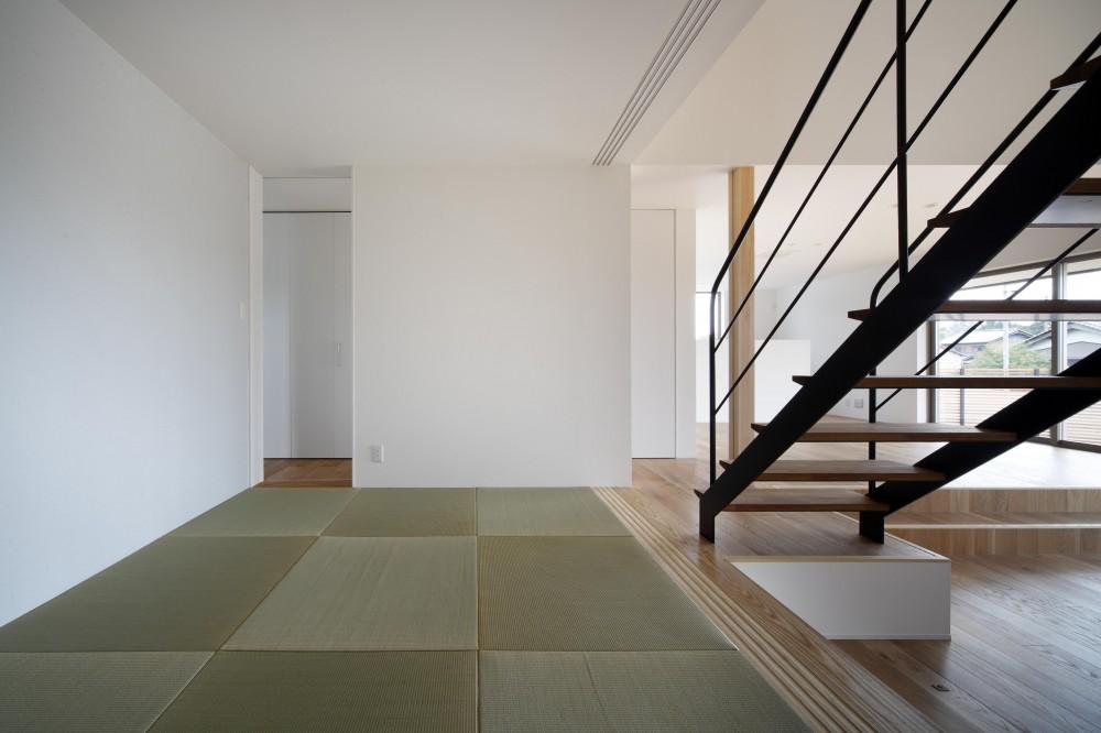 おおきな屋根を楽しむ住まい (リビングと一体となった、白いモダンな和室)