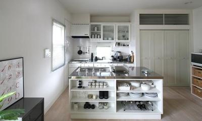 M邸 (ダイニング側キッチン収納はお店のようなディスプレイ)