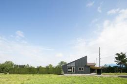 当別の家 4人家族のためのシンプルな北国の住まい (片流れの勾配屋根の外観)