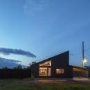 当別の家 シンプルな北国の住まい|新築の写真 外観ライトアップ
