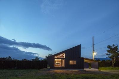 当別の家 シンプルな北国の住まい|新築 (外観ライトアップ)