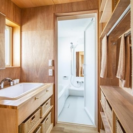 当別の家 4人家族のためのシンプルな北国の住まい (洗面所とバスルーム)