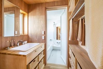 洗面所とバスルーム (当別の家 シンプルな北国の住まい|新築)