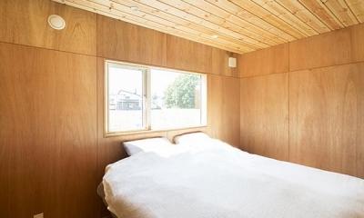 当別の家 シンプルな北国の住まい|新築 (陽ざしが差し込む寝室)