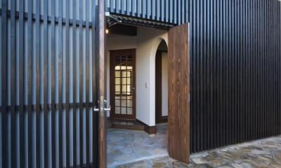 日光の家 (木格子が目を引く玄関)