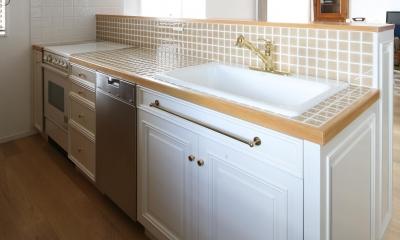 タイルとホワイトが基調のカントリー風キッチン|Y邸