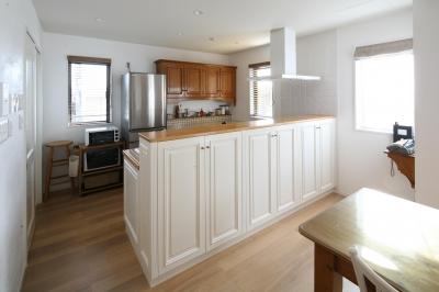 空間の仕切り役割もするキッチン収納 (Y邸)