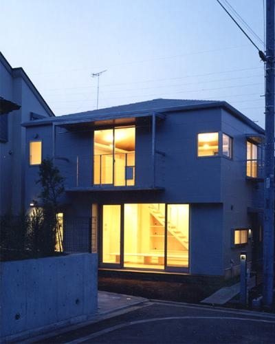 K邸 「のびしろ」を持つ住宅 (ライトアップした外観)