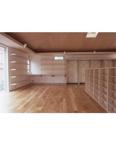 K邸 「のびしろ」を持つ住宅の部屋 方形天井を持つ柱の無い一室空間