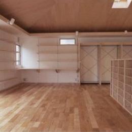 K邸 「のびしろ」を持つ住宅 (方形天井を持つ柱の無い一室空間)