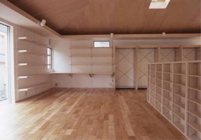 方形天井を持つ柱の無い一室空間 (K邸 「のびしろ」を持つ住宅)