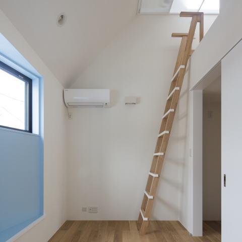 フランスの洋菓子のような、コンパクトで可愛い家の部屋 梯子はハンドクラフトです