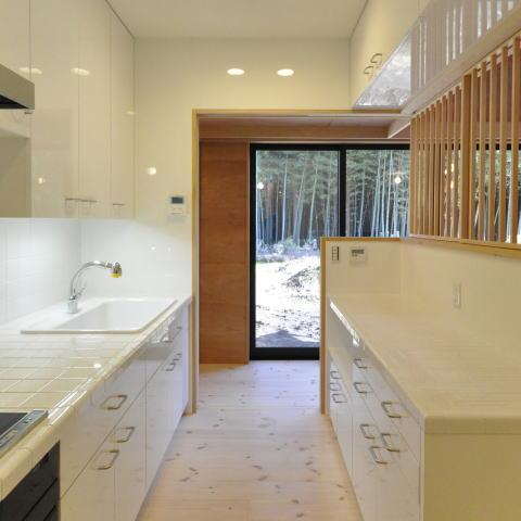 ねこと過す陽だまりの時間、 丘の上の中庭と木薫る家の部屋 白いタイルの明るいキッチン