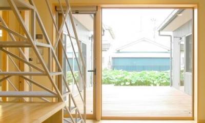 中庭が一望できるリビング|3つの庭が自然を採り入れる、 中庭が景色をつなぐ家