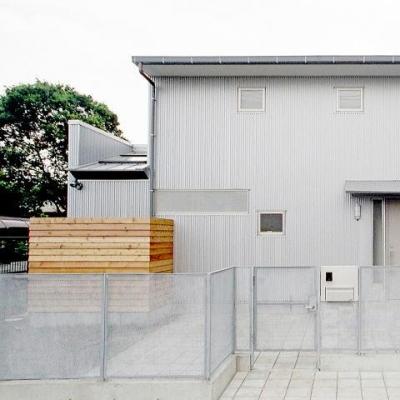 3つの庭が自然を採り入れる、 中庭が景色をつなぐ家 (シンプルでシャープなテラスハウス)
