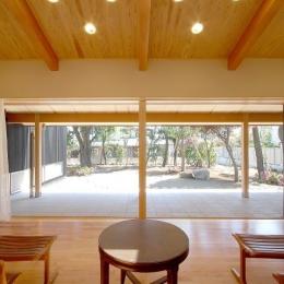 テラスがゆるやかなトキを創る、 全開口窓と空窓を楽しむ家 (全開口に開くテラス窓とリビング)