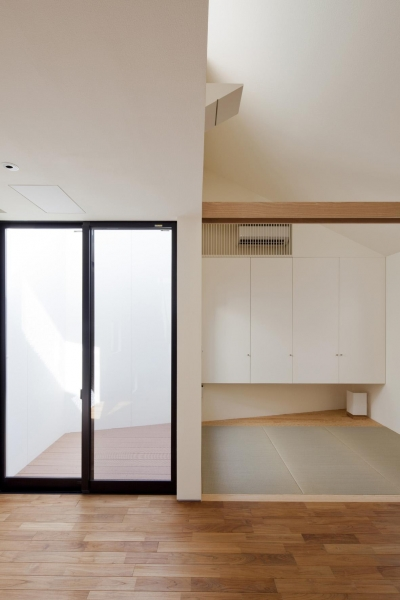 リビングに接する和室 (桜坂の家)