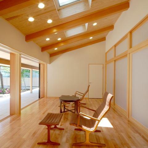 テラスがゆるやかなトキを創る、 全開口窓と空窓を楽しむ家の部屋 明るく開放感あるリビング