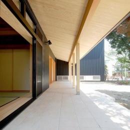 テラスがゆるやかなトキを創る、 全開口窓と空窓を楽しむ家 (大きなテラス)