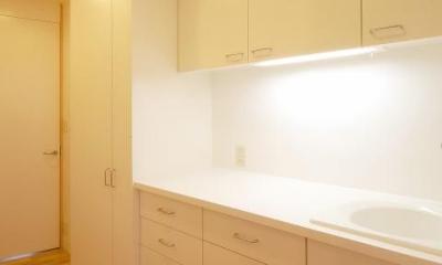 テラスがゆるやかなトキを創る、 全開口窓と空窓を楽しむ家 (白いキッチン)