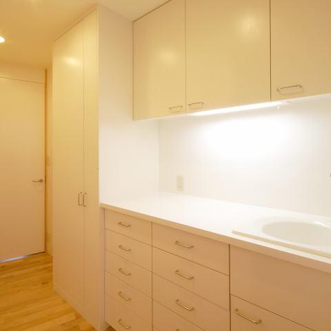 テラスがゆるやかなトキを創る、 全開口窓と空窓を楽しむ家の部屋 白いキッチン