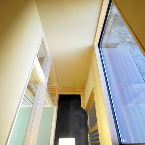 土間と光の和の時間、回遊性のある和空間の部屋 戸がある天井の高い土間