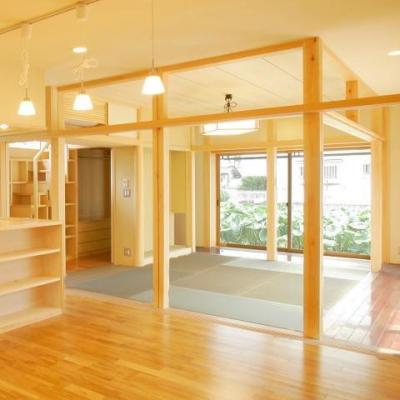 板の間に囲まれた和室 (魅せる床の間と中庭、雪見障子の風景を楽しむ、 板の間に囲まれた和空間)