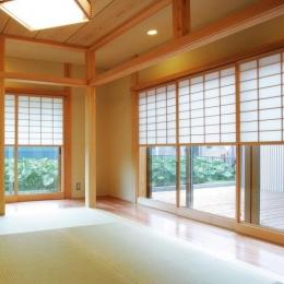 魅せる床の間と中庭、雪見障子の風景を楽しむ、 板の間に囲まれた和空間
