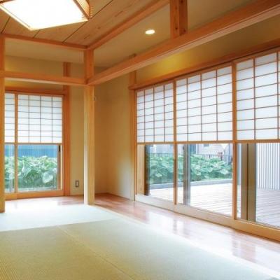 魅せる床の間と中庭、雪見障子の風景を楽しむ、 板の間に囲まれた和空間 (雪見障子と和室)