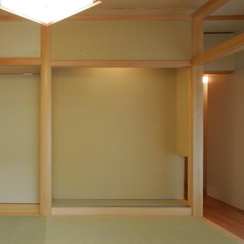 魅せる床の間と中庭、雪見障子の風景を楽しむ、 板の間に囲まれた和空間の部屋 床の間